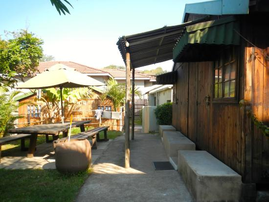 ansteys-beach-backpackers
